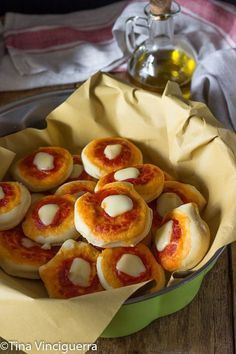 pizzette sorelle simili <- not sure what that says but they look good Pizza Recipes, Cooking Recipes, Focaccia Pizza, Snacks Für Party, Best Appetizers, Appetisers, Original Recipe, Cooking Time, Finger Foods