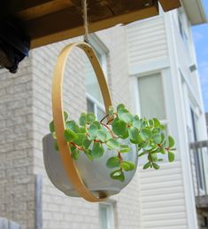 Modern Embroidery Hoop Hanging Planter Make your own simple, elegant hanging planter with this modern embroidery hoop hanging planter tutorial!Make your own simple, elegant hanging planter with this modern embroidery hoop hanging planter tutorial! Diy Hanging Planter, Diy Planters, Planter Pots, Tomato Planter, Planter Garden, Balcony Garden, Indoor Plant Wall, Indoor Plants, Inside Plants