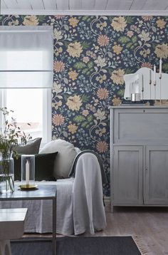 Alicia,Scandinavian design wallpaper Berså from collection by Borastapeter and Eco Wallpaper jotun Beautiful Traditions - 6701 - I Scandinavian Wallpaper, Scandinavian Design, Swedish Wallpaper, Classic Wallpaper, Beautiful Wallpaper, Classic Home Decor, Classic House, Diy Wand, Interior Decorating