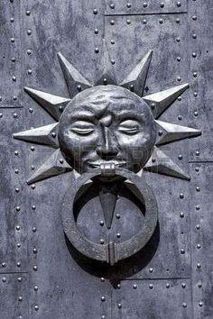 Historical door knocker photo