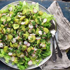 Kartoffelsalat med nye kartofler, radiser og persilledressing. Det må da være indbegrebet af dansk sommer. Nye kartofler, kogt med løvstikke og lidt salt, er i sig selv, super lækkert. Her er karto…