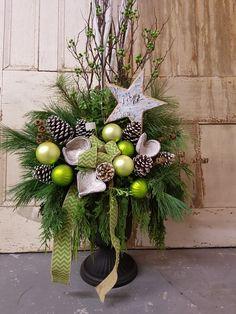Diy Christmas Urns, Outdoor Christmas Planters, Easy Christmas Decorations, Christmas Lanterns, Christmas Arrangements, Christmas Centerpieces, Christmas Holidays, Christmas Crafts, Alternative Christmas Tree