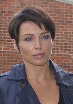 New Short Hairstyles for Women Over 40 with Round Faces