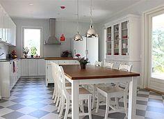 JUVIn talonpoikaisbiedemeier-tuolit valmiiksi valkoisena. Myös pöytä, vitriini ja taustalla näkyvä keittiö ovat JUVIsta