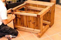 Monta de forma sencilla tu propia mesa de huerto urbano para tener siempre a mano tus hortalizas y plantas aromáticas. Diy Y Manualidades, Wood, Shape, Vegetables Garden, Vegetable Gardening, Mesas, Gardens, Decks, Woodwind Instrument