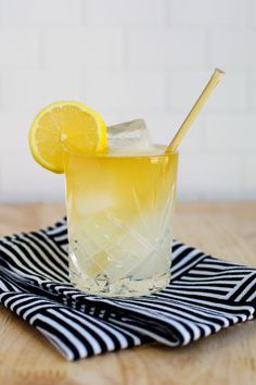 Looking for easy cocktails to make for a party? Try this whiskey lemonade. (click through for recipes)