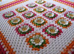 Ecco un altro plaid o copertina all'uncinetto, questa volta sono state utilizzati dei quadretti con motivo di fiore in rilievo.  fonte:http://www.mic