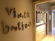 letras // madera // violeta boutique // hostal // barcelona Barcelona Hotels, Boutique, Places, House, Home Decor, Home, Lyrics, Wood, Decoration Home
