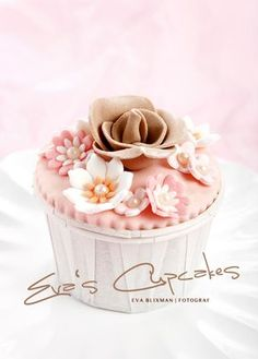 floral cupcake - perfect for tea party or mother's day - Cupcakes #cupcakes