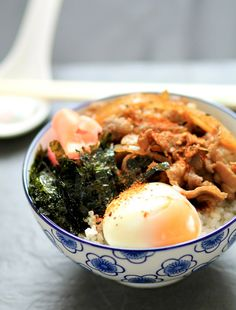 Yoshinoya-style gyudon / Japanese beef bowl rice with onsen egg and roasted seaweed topping