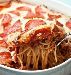 Pizza and spaghetti rank high on the list of kid friendly favorite recipes. It's no surprise, then, what a great idea Pepperoni Pizza Spaghetti Casserole is. Think of it as a deep dish pepperoni pizza with a spaghetti crust. Pizza Spaghetti Casserole, Pasta Casserole, Casserole Recipes, Spaghetti Pizza, Spaghetti Noodles, Baked Spaghetti, Leftover Spaghetti, Pasta Bake, Spaghetti Squash