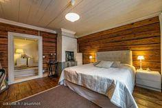 Romanttisia ja tunnelmallisia makuuhuoneita. Vanhat hirsiseinät tuovat asuntoon ajan patinaa.
