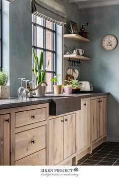 Modern Farmhouse Kitchens, Farmhouse Kitchen Decor, Home Kitchens, Wooden Kitchens, Dark Kitchens, Reclaimed Wood Kitchen, Farmhouse Style, Rustic Kitchen Design, Interior Design Kitchen