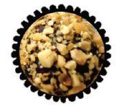 Bolo de chocolate com cobertura de chocolate ao leite e amendoim ralado. O recheio tem um amendoim coberto com chocolate ao leite.