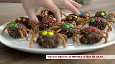 Minutes futées: Bouchées « araignées » Dessert Halloween, Halloween Cupcakes, Biscuits, Beef, Treats, Snacks, Desserts, Recipes, Food Recipes