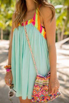 J'aimie les vetements parce que simplique et elegant. Le robe bleu,rose, juane, et verte. Je ete port ca tenue a la plage.