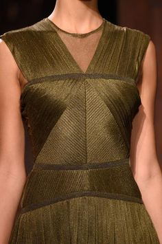 Défilé Vionnet Printemps-été 2016 Prêt-à-porter | Le Figaro Madame - colortrend kaki bronze pleated silk