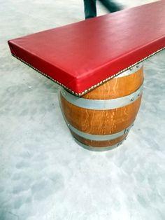 1649 - Panchina da botti con piano imbottito rifinito in ecopelle rosso vinaccia borchiato
