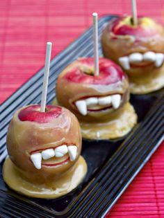 28 Spooky Halloween Food & Treats {recipes} - Tip Junkie. I LOVE these creepy & fun candy apples! Recetas Halloween, Halloween Goodies, Halloween Food For Party, Creepy Halloween, Halloween Treats, Halloween Vampire, Halloween Apples, Halloween Birthday, Spooky Treats