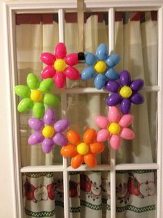 100 Dollar Store Easter Decorations that are simply Egg-cellent - Hike n Dip Make your Easter Decorations with dollar store items and save your hard-earned money. Here are 100 easy Dollar Store Easter Decorations that you'll LOVE. Cool Easter Eggs, Plastic Easter Eggs, Easter Crafts For Kids, Easter Table, Hoppy Easter, Easter Ideas, Easter Bunny, Diy Osterschmuck, Easy Diy