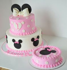 Minnie Mouse First Birthday Cake Ideas - Share this image!Save these minnie mouse first birthday cake ideas for later by s Minnie Mouse Party, Minni Mouse Cake, Bolo Do Mickey Mouse, Bolo Minnie, Minnie Mouse Birthday Cakes, Custom Birthday Cakes, Minnie Cake, First Birthday Cakes, Mickey Cakes