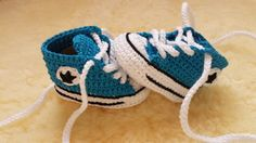 """Baskets pour bébé au crochet façon """"Converses"""""""