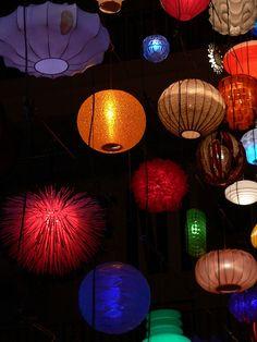 Lanternas estilo japonesa de várias formas.