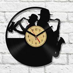 Wanduhr wurde von der ursprünglichen Vinyl schneiden. In der Mitte der Uhr ist ein Schutzschild in der Form eines Aufklebers.