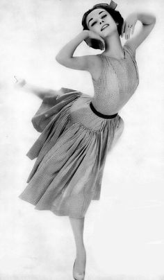 Audrey Hepburn Harper's Bazaar May 1957 Photo by Richard Avedon Audrey Hepburn Born, Audrey Hepburn Photos, Richard Avedon, Marlene Dietrich, Classic Hollywood, Old Hollywood, I Look To You, Divas, Breakfast At Tiffanys
