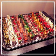 Foto: verjaardagshapjes in een cupje! Leuke verassende uitstraling en makkelijk om uit te delen of van een buffet te pakken. De variatie bepaal jezelf;). Geplaatst door Kistuh op Welke.nl
