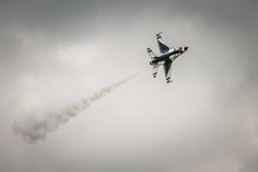 US+Air+Force+Thunderbird+F-16+-+US+Air+Force+Thunderbird+F-16+with+smoke+banking+during+an+airshow+at+Alliance+Airport,+Fort+Worth,+Texas
