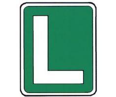 Una vez tengas el carnet de conducir, deberás llevar un coche con un L como esta en el cristal.