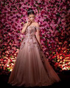 Guia do Vestido de Festa: Tudo que Você Precisa Saber para Encontrar o Visual Perfeito! Red Rose Wedding, Wedding Cake Roses, Dream Wedding, Quince Dresses, 15 Dresses, Formal Dresses, 18th Debut Ideas, Portrait Photography Poses, Beaded Prom Dress