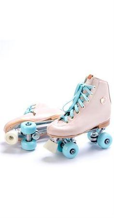 Patins Candy Color Mais Roller Derby, Quad Roller Skates, Roller Skating, Ice Skating, Rollers, Skate Photos, Girl Dancing, Candy Colors, Girly Things