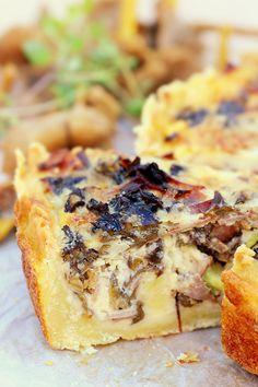 Trattkantarellpaj med rökt skinka, brysselkål och ost