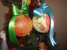 Desde o 1º Natal do Miguel, que começámos a fazer algumas lembranças de Natal. Para mim, o significado da prenda, feita por eles, é especial. MATERIAL: bolas transparentes (eu prefiro as de plástico, porque quando usámos das que partem, ainda só com o Miguel, acabaram quase todas no meio do chão - e não, não foi a criança...); tintas de várias cores (usámos 3 cores em cada bola); pincéis; fitas de tecido; fio para pendurar a bola; glitter em pó. (cliquem em visitar, para mais informações)