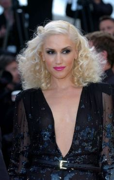 Gwen Stefani in Disco Curls. but mostly cus I love the way she looks! 70s Disco Hairstyles, Party Hairstyles, Celebrity Hairstyles, Cool Hairstyles, Hairstyle Ideas, Hair Ideas, Disco Party, 70s Party, Disco Theme