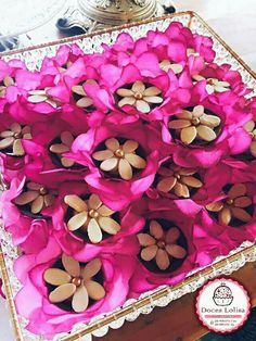 Cestinha de chocolate recheada com brigadeiro e decorada com flor de amêndoa!