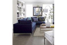 Opciones para un sofá moderno  Propuesta que aprovecha las patas de metal para no invadir visualmente el ambiente.         Foto:Desiretoinspire.net