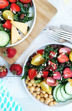 lynsey loves food | Strawberry Kale Salad | http://lynseylovesfood.com