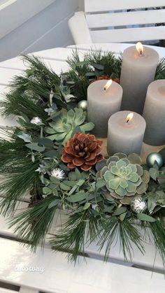 Christmas Floral Designs, Christmas Floral Arrangements, Christmas Table Centerpieces, Christmas Table Settings, Outdoor Christmas Decorations, Holiday Decor, Christmas Advent Wreath, Christmas Wreaths To Make, Christmas Art