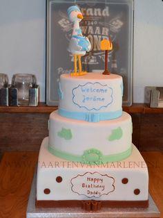 Babyshower taart met geboetseerde ooievaar, baby en brievenbus.