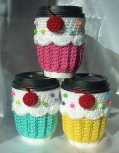 Cup cozy, crochet cozy, coffee cozy pattern, gato crochet, cupcake in a . Crochet Coffee Cozy, Crochet Cozy, Crochet Gifts, Cute Crochet, Crochet Cupcake, Cozy Coffee, Coffee Cup, Coffee Cozy Pattern, Cupcake In A Cup