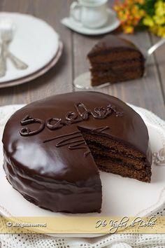 Torta sacher o sachertorte una ricetta tradizionale di Vienna. Una golosa torta al cioccolato farcita con confettura di albicocche. Ricetta infallibile