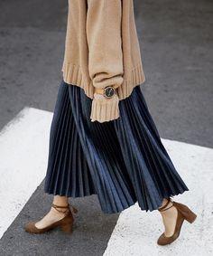 Ideas Skirt Pleated Outfits Modest Fashion - Fushion News Blue Skirt Outfits, Pleated Skirt Outfit, Winter Skirt Outfit, Pleated Maxi, Skirt Ootd, Muslim Fashion, Modest Fashion, Korean Fashion, Long Skirt Fashion