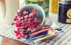 Que tal um chá? Com latas bonitas e flores do jardim você monta uma estação num instante