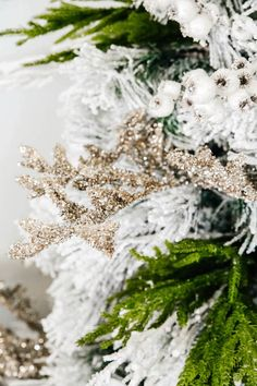 White and green Christmas tree   holiday decor ideas. #ABlissfulNest #christmastree #christmasdecor