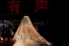 Un insólito doble matrimonio entre hermanos y hermanas gemelas celebrado en el norte de Chinaha creado tanta confusión entre los cuatro recién casados y sus familias que los cuatro accedieron a someterse a cirugía estética para no parecerse tanto, relató hoy la agencia China News.</p>