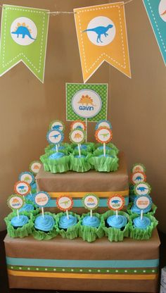 Great way of displaying cupcakes without a fancy stand