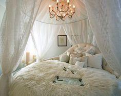 Quero essa cama branca, só que essa cortina roxa.